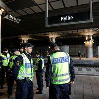 Polispatruller på plats vid station Hyllie (första tågstationen på den svenska sidan efter Öresundsbron) utanför Malmö på torsdagen. Sverige införde tillfälliga gränskontroller klockan 12 på torsdagen.