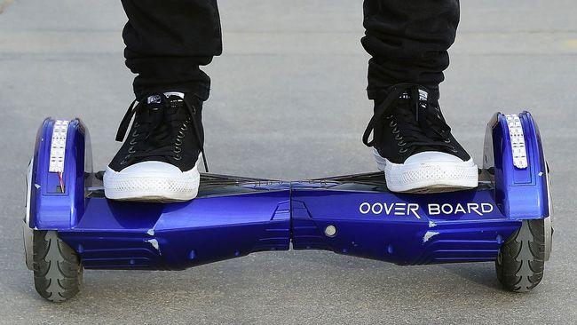 Människa står på hoverboard