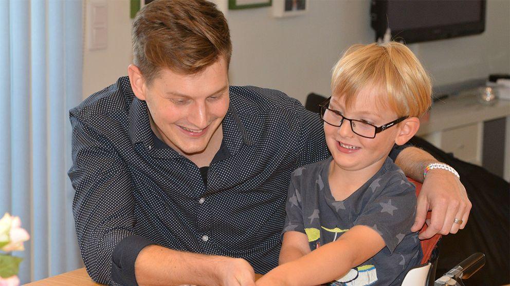 Viktor Johansson tillsammans med sonen Vincent