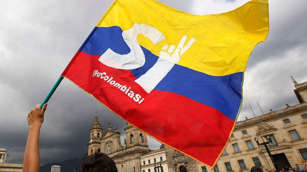 En fredsavtalsanhängare viftar med en flagga utanför kongressen i Bogotá, Colombia.