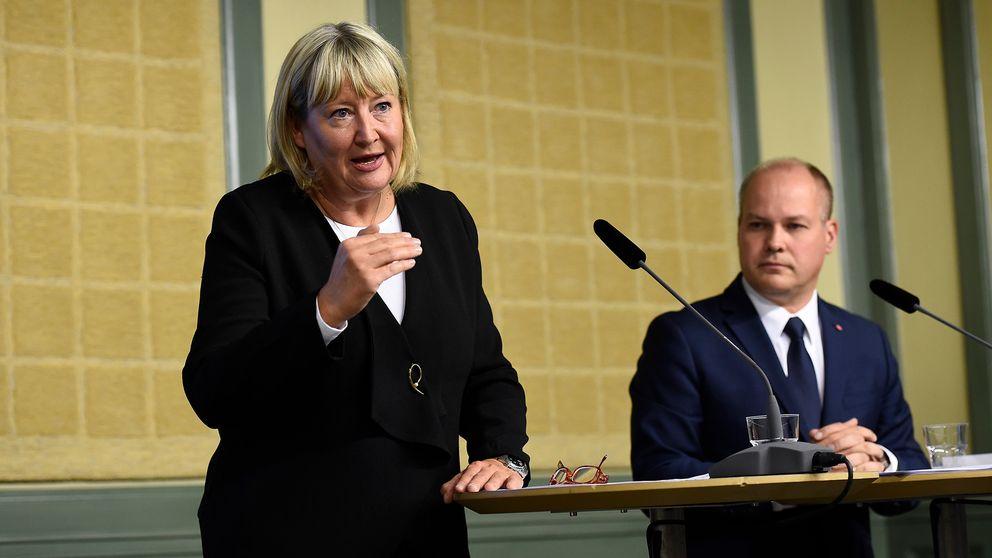 Sexualbrottskommitténs ordförande, lagman Mari Heidenborg, lämnar över den färdiga utredningen med förslag till skärpt sexualbrottslagstiftning till justitie- och migrationsminister Morgan Johansson under en pressträff i Rosenbad i Stockholm.