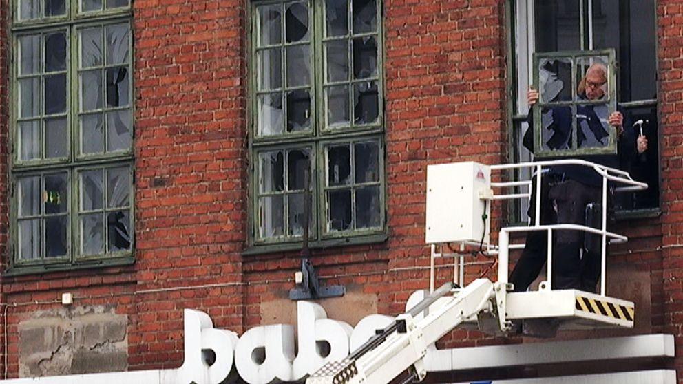 Fönsterrutorna byts ut efter explosionen.