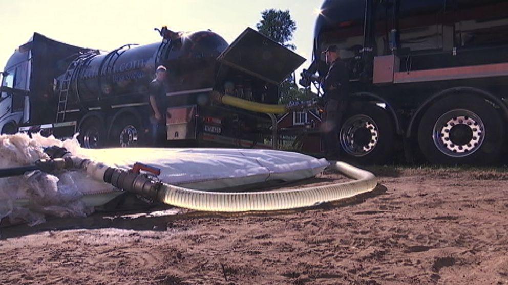 En flexitank pumpas upp av en tankbil med vatten i Norra Kvinneby på östra Öland