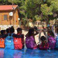 15.000 asylsökande barn ska nu få börja i skolan i Grekland.
