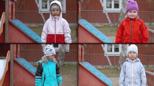 Uppe till vänster: flicka i rosa-röd jacka. Uppe till höger: flicka i röd jacka. Nere till vänster: flicka i svart-turkos jacka. Nere till höger: flicka i grå jacka.