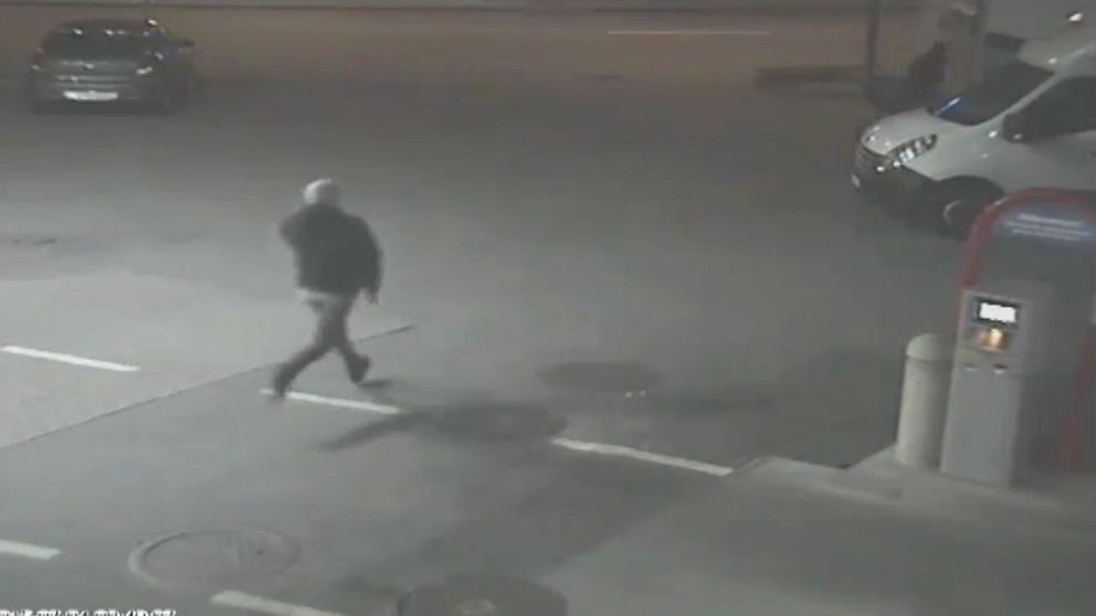Man springer över parkeringsplats.