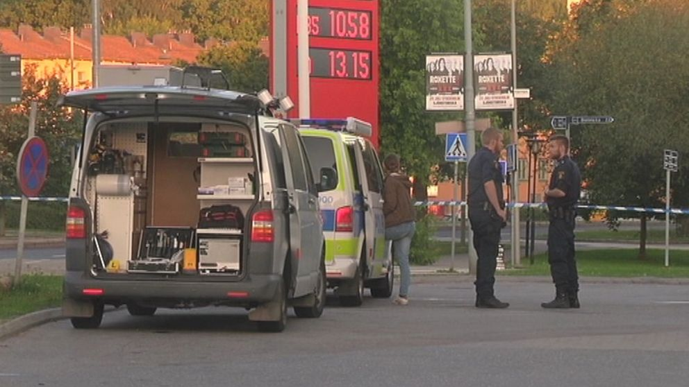 Poliser på en bensinstation, från skottlossning 2015