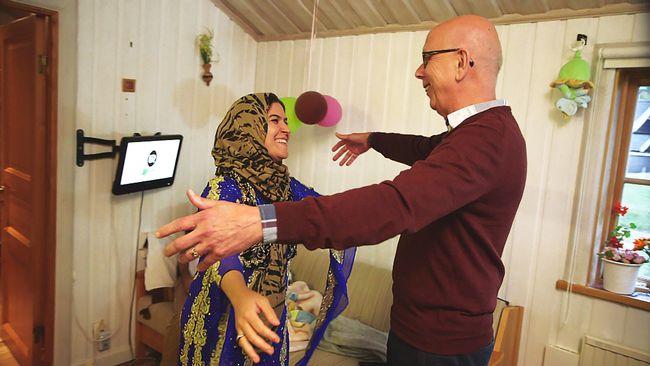 Per-Arne Björk i Siljansnäs kramar om Razieh Moradi Darabi som just fått veta att hon och hennes familj fått permanent uppehållstillstånd.