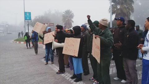 Anställda på Robertson Winerys fabrik protesterar utanför entrén.