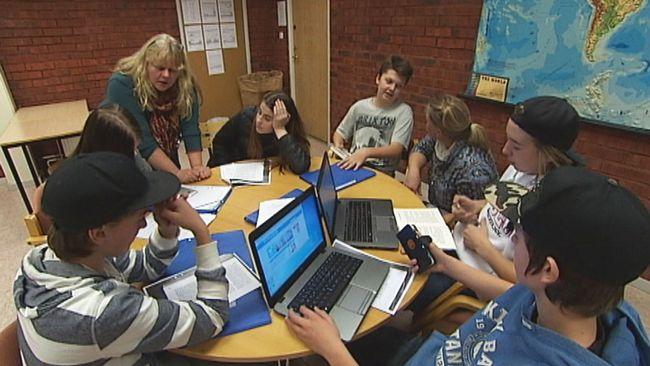 Lärare som undervisar barn vid runt bord