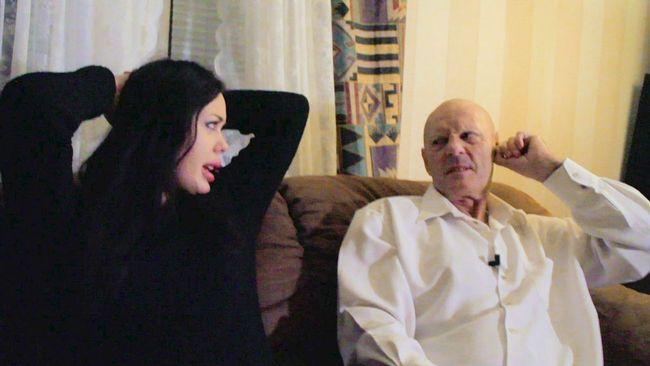 Jackie Ferm sitter i en soffa med Lars Svartenbrandt Ferm Carlander