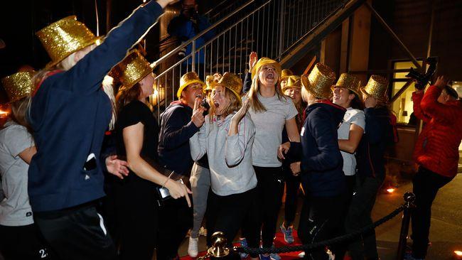 Linköpings FC tas emot på Linköpings Arena efter att ha säkrat SM-guldet i Vittsjö.