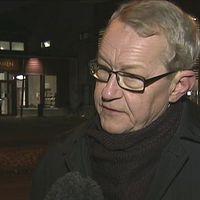 Kommunstyrelsens ordförande Pål Åkerlund (S) utanför skolan Kronan.