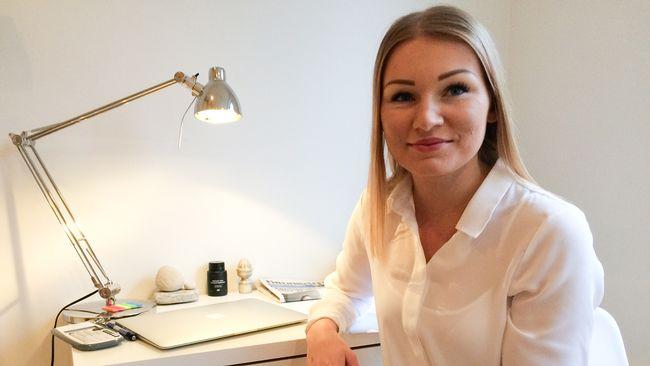 Carolina Lupen sitter vid sitt skrivbord.