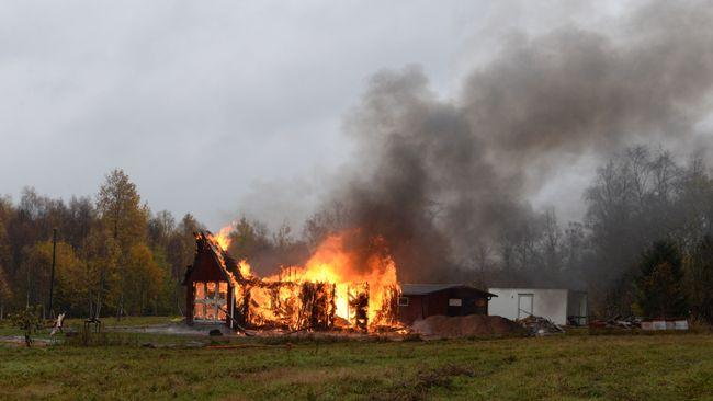 Bild på brinnande bostad i Mästreda