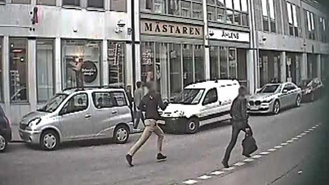 Övervakningskamera fångar två män som flyr, efter kuppen mot Björkegrens Ur i Kalmar, där klockor till ett värde av 1,3 miljoner stals.