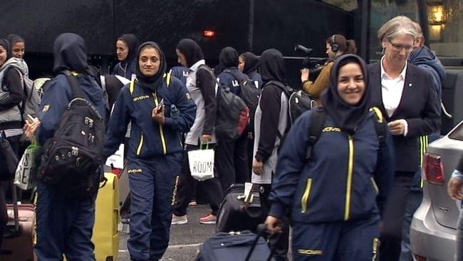 Iranska damlandslaget landade i Sverige på torsdagen.