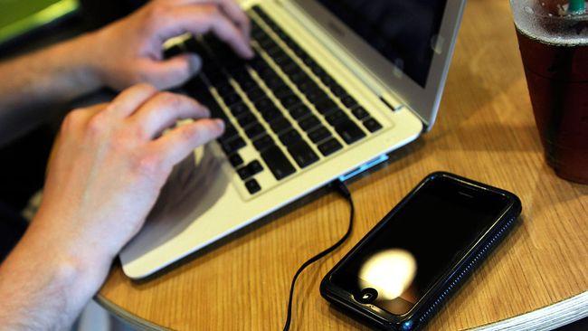 En dator och en smart telefon.