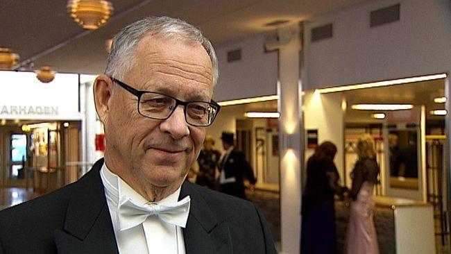 En bild på Lars Lagerbäck när han tog emot sin doktorshatt i Östersund.