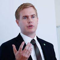 Gustav Fridolin är förbannad efter SD-topparnas inlägg.