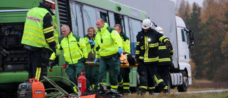 Räddningspersonal bär bort en av de skadade.