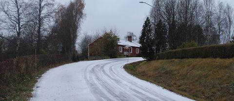 Lite av nattens snö ligger kvar på vägarna,Aspås Jämtland.