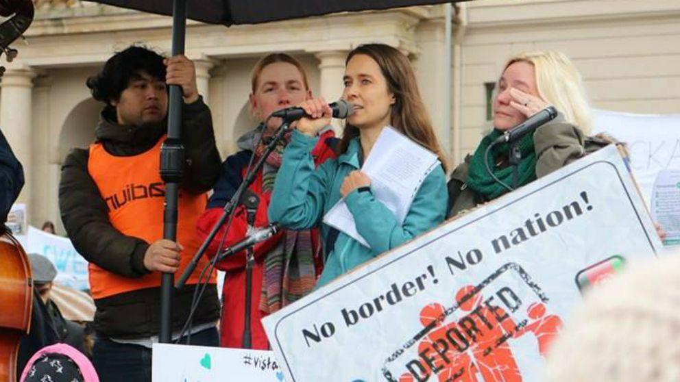 Helena Lindroos på scen under demonstration mot utvisningar till Afghanistan.