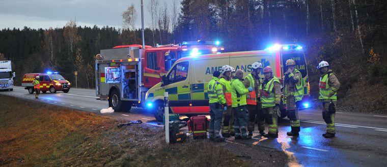 Räddningstjänst och ambulans vid olyckan där en cyklist skadades.