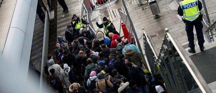 Ankommande flyktingar i snålblåsten vid Hyllie station utanför Malmö i november.