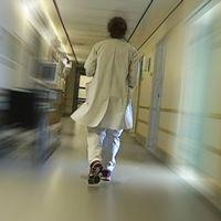 Sjuksköterska i korridor