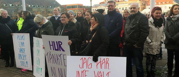 Manifestation i Halmstad för att alla undersköterskor ska få ta del av lönesatsning. Här syns flera personer som håller i skyltar.