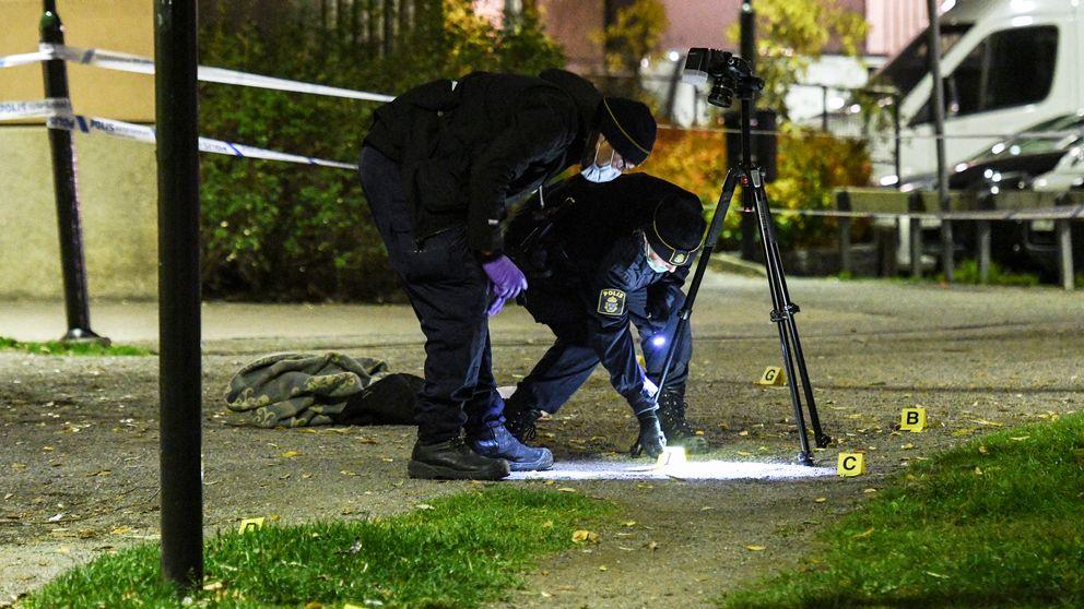 Polisens tekniker på plats efter en skottlossning i Enskede i södra Stockholm tidigare i år.
