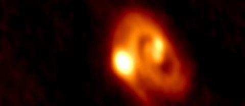 En trippelstjärna har fångats på bild av Almateleskopet i Chile. Ett ungt solsystem där tre stjärnor bildats tillsammans.