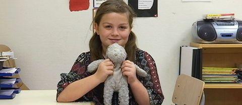 EmmaDavtyanRagnarsson med sin gosedjurskanin Pippi.