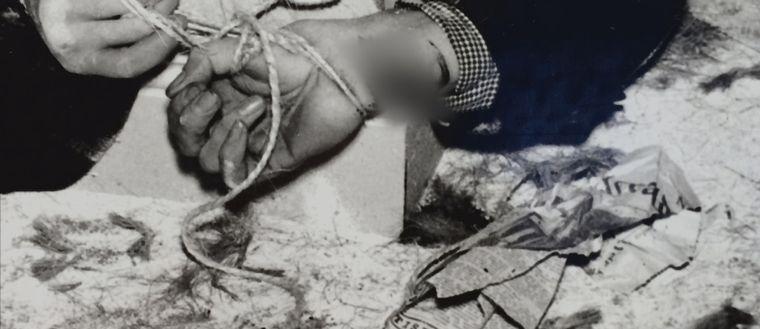 Närbild på offrets bundna händer.