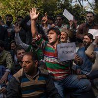 Indiska aktivister protesterar mot våldsamheterna i Kashmir. Arkivbild.