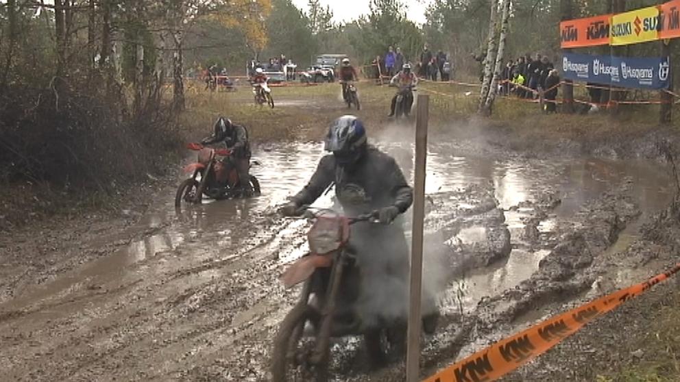 Motorkrosscyklar på lerig bana