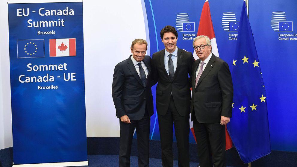 Europeiska rådets ordförande Donald Tusk (t.h) tillsammans med Kanadas premiärminister Justin Trudeau och EU-kommissionens ordförande Jean-Claude Juncker.
