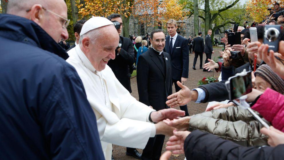 Påve Franciskus hälsar på åskådare i Lund
