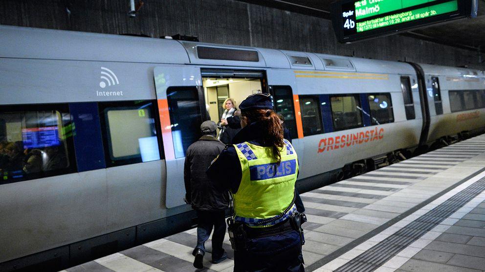 Polis utanför ett Öresundståg som stannat vid Hyllie station utanför Malmö för gränskontroll. Bilden togs i december i fjol.