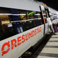 Man kliver ombord på Öresundståg