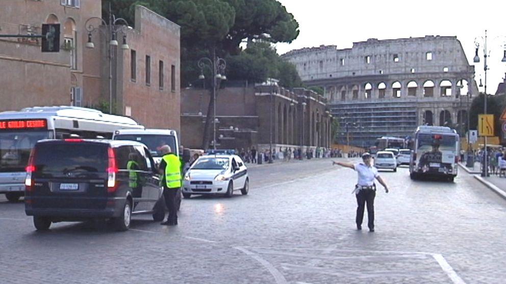 trafikpolis dirigerar trafik utanför Colosseum