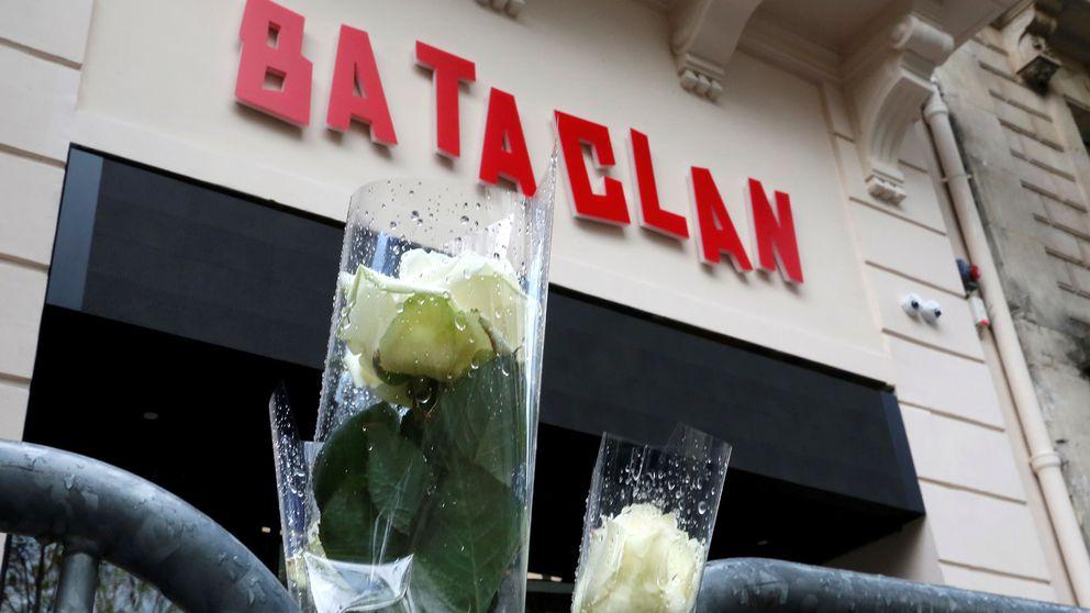 Vita rosor utanför den nya fasaden till konsertlokalen Bataclan i Paris där många mördades under terrorattackerna i Paris 2015.