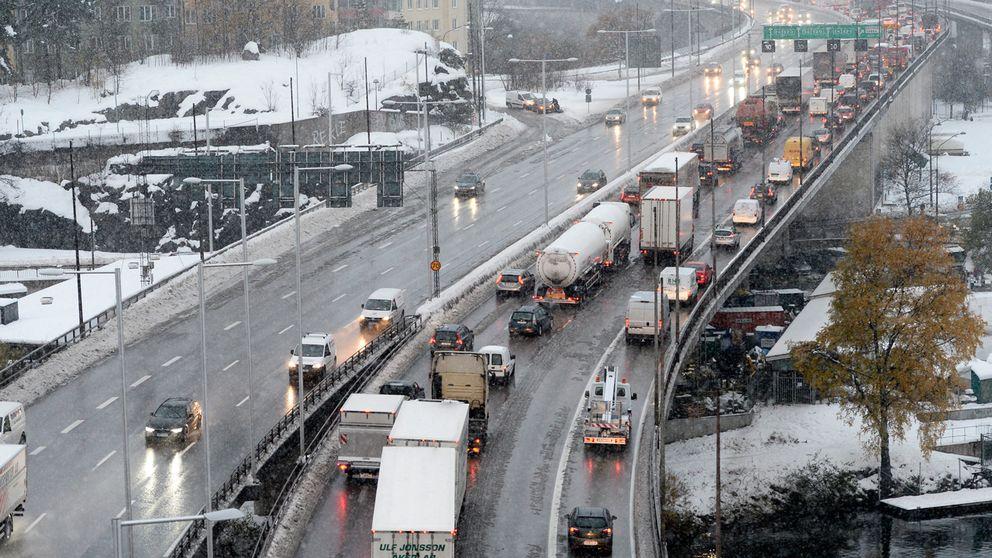 E4 Essingeleden i Stockholm stängdes på torsdagseftermiddagen av för att kunna snöröjas.