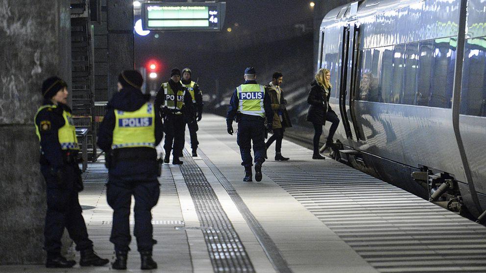 Polis på väg ombord på ett Öresundståg som stannat vid Hyllie station utanför Malmö för att genomföra gränskontroll. I har regeringen gett besked om en förlängning av kontrollerna.