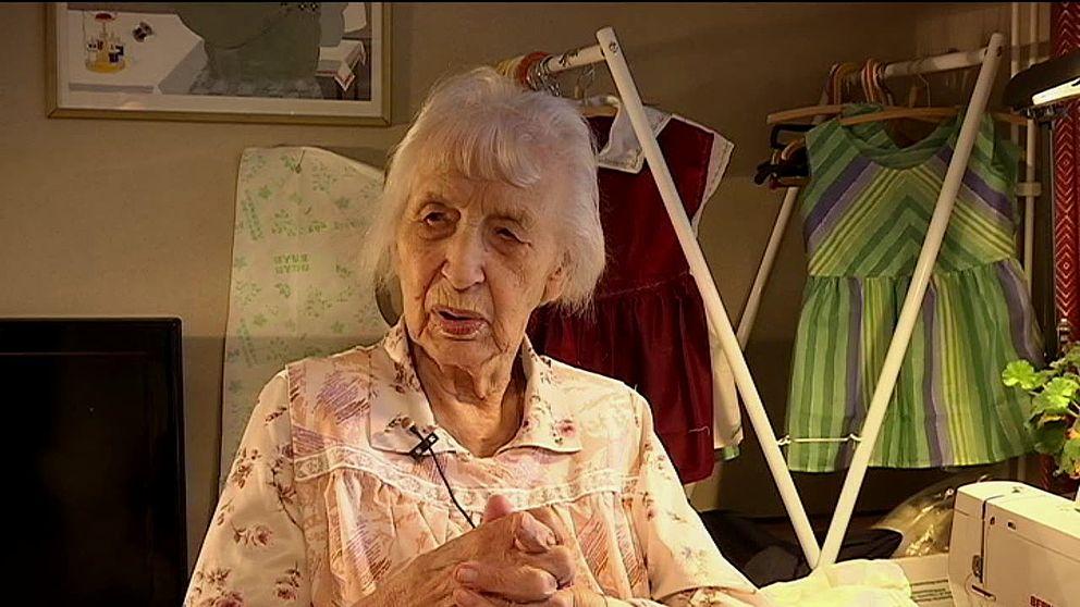Siri Karlsson vid sin symaskin där hon syr varje dag