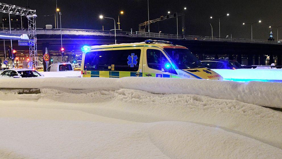 Ambulans kör i snökaos