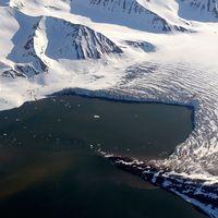 Glaciär på ögruppen Svalbard, där isen ännu inte nåt i år.