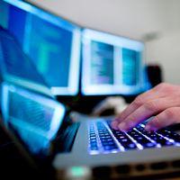 En person vid en dator.