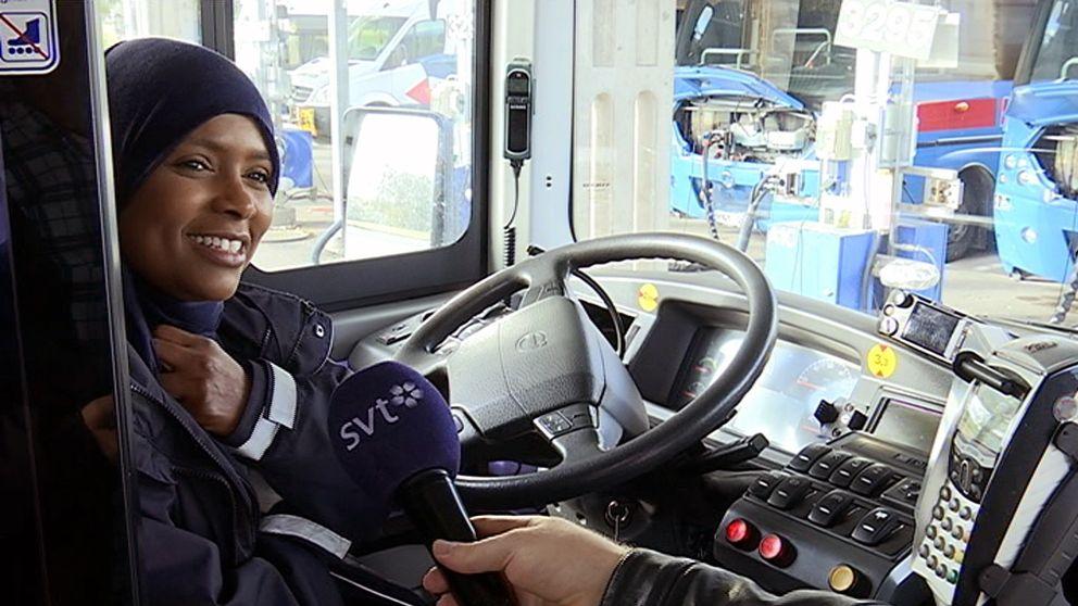 Hindali har utbildat sig till busschaufför.